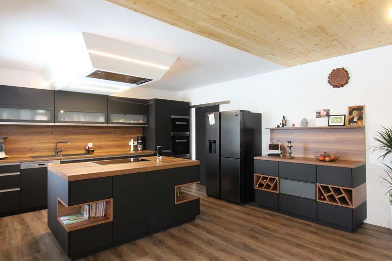Wohnküche in schwarz/matt